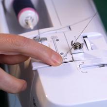 Správné navlékání šicího stroje - ilustrační obrázek
